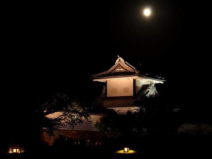 中秋の名月と金沢城石川門