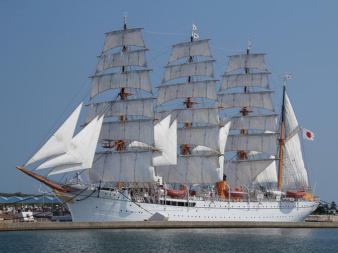 総帆展帆した海王丸