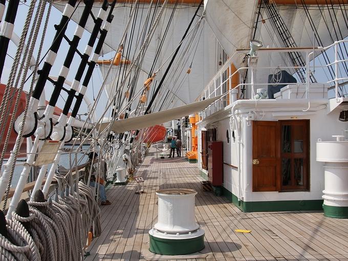 海王丸の甲板