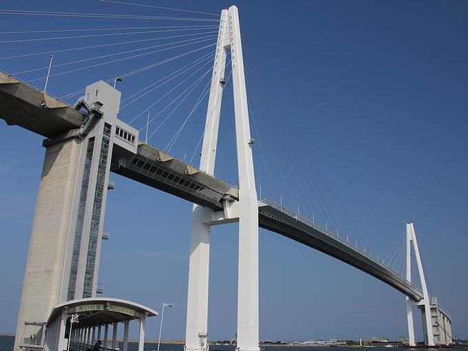 新湊大橋を見上げて