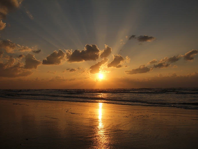 千里浜なぎさドライブウェイの夕日 薄明光線と
