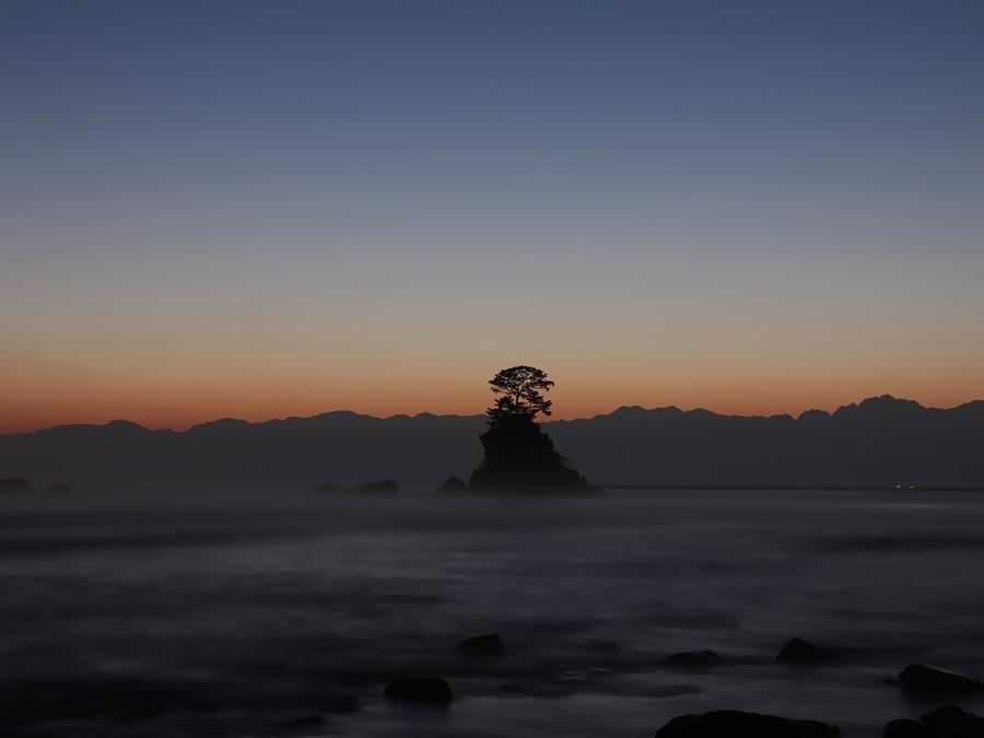 夜明け前の立山連峰 雨晴海岸より