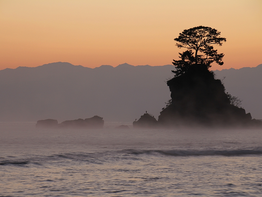 立山連峰と女岩 雨晴海岸