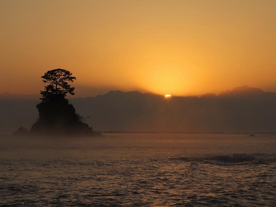 立山連峰からの日の出の瞬間 雨晴海岸より