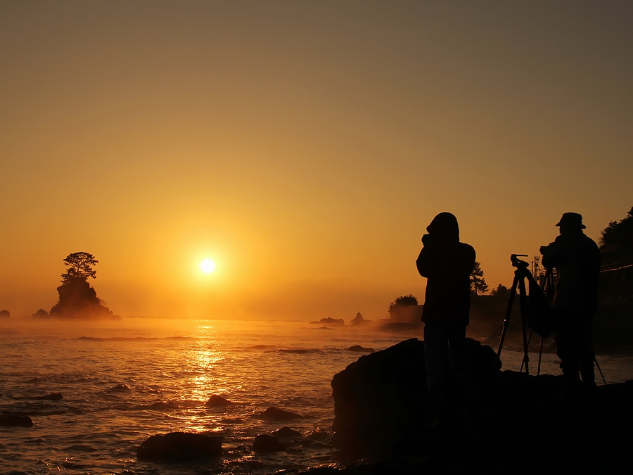 朝の雨晴 カメラマンのシルエット