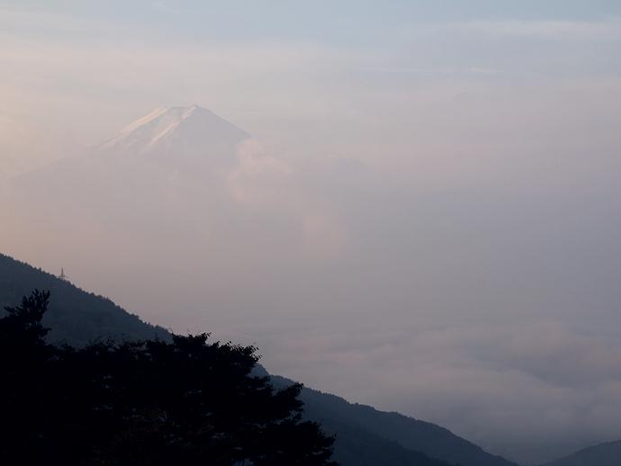 御坂峠からの眺め 富士はウッスラ河口湖は雲海