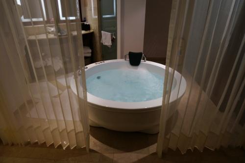 Aqua suite jacuzzi