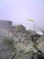 立山連峰雄山頂上でバンザイ1
