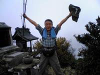 1瓶ケ森男山頂上でバンザイ2