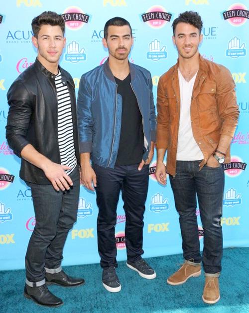 ジョナス・ブラザーズ(The Jonas Brothers):ディーゼル ブラック ゴールド(DIESEL BLACK GOLD)ジョンバルベイトス(John Varvatos)ダイエットブッチャー スリムスキン(DIET BUTCHER SLIM SKIN)ジェイコブホル