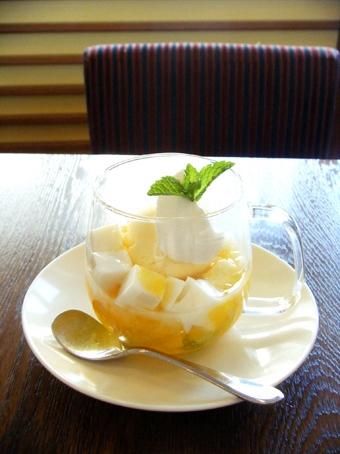 『アフタヌーンティー・ティールーム』のミルク杏仁とフルーツゼリーのパフェ