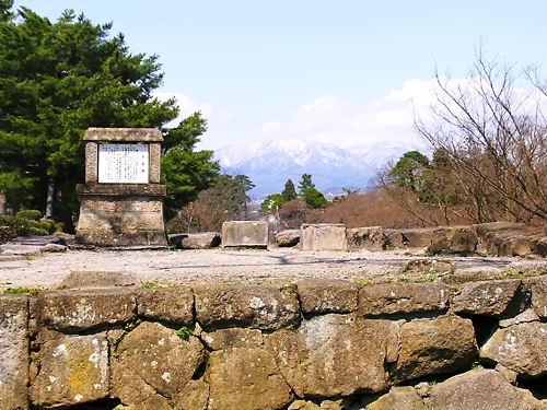 鶴ヶ城遠くに山