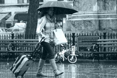 傘 雨 荷物 歩く ブーツ 人 女性