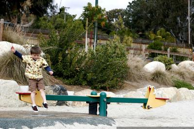 シーソー 男の子 遊具 公園 自然