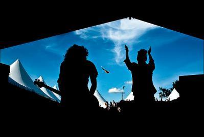 青空 ステージ 影 陰 人 ジャンプ