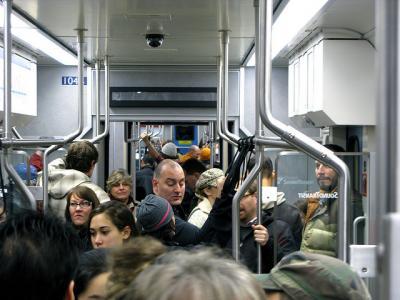 電車 満員 人 地下鉄