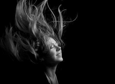 風 女性 モノクロ 流れ 髪