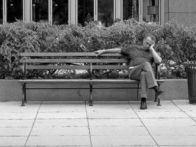 ベンチ 座る モノクロ