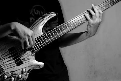 モノクロ ベース 楽器 弾く