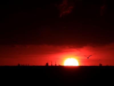 夜明け 日の出 赤 太陽 暗闇