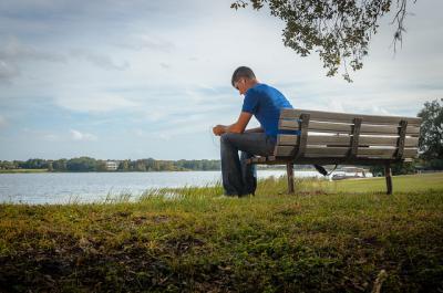ベンチ 一人 座る