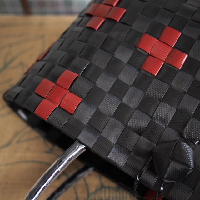 手芸用PPバンド黒と濃赤のプラかご