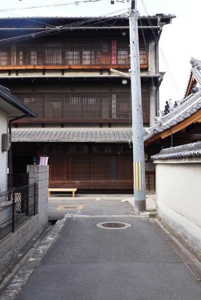 1川本邸正面道より