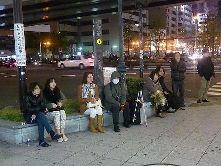難波交差点ストリートライブ観戦の人々