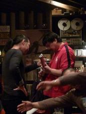 g村山義光氏のトラベラーギターに集まるお客様