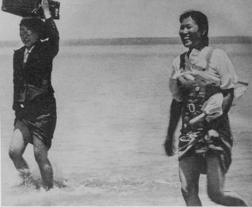 日本兵の後ろから河を渡る朝鮮人慰安婦1023