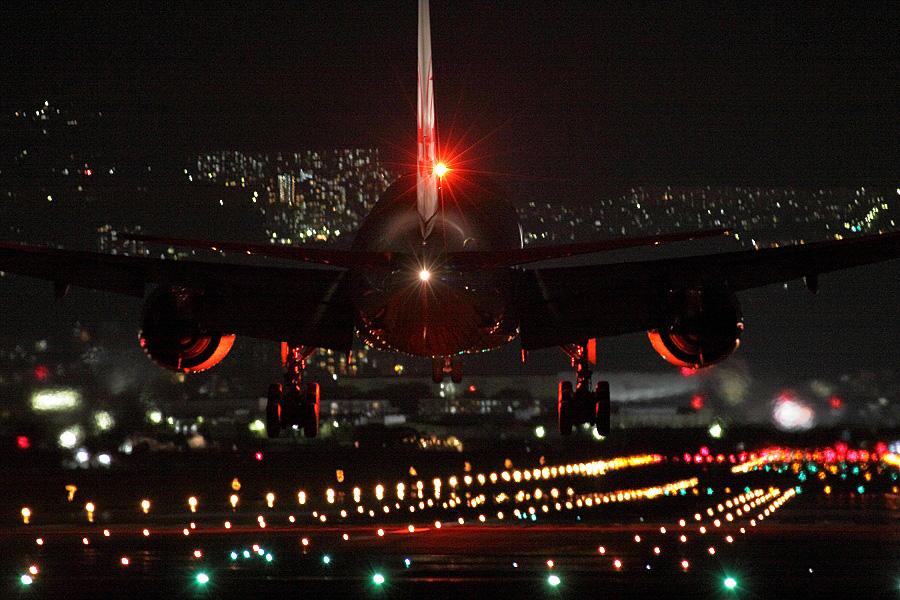 JAL B777-289 / JAL131 (JA8978)@RWY32Lエンド・千里川土手
