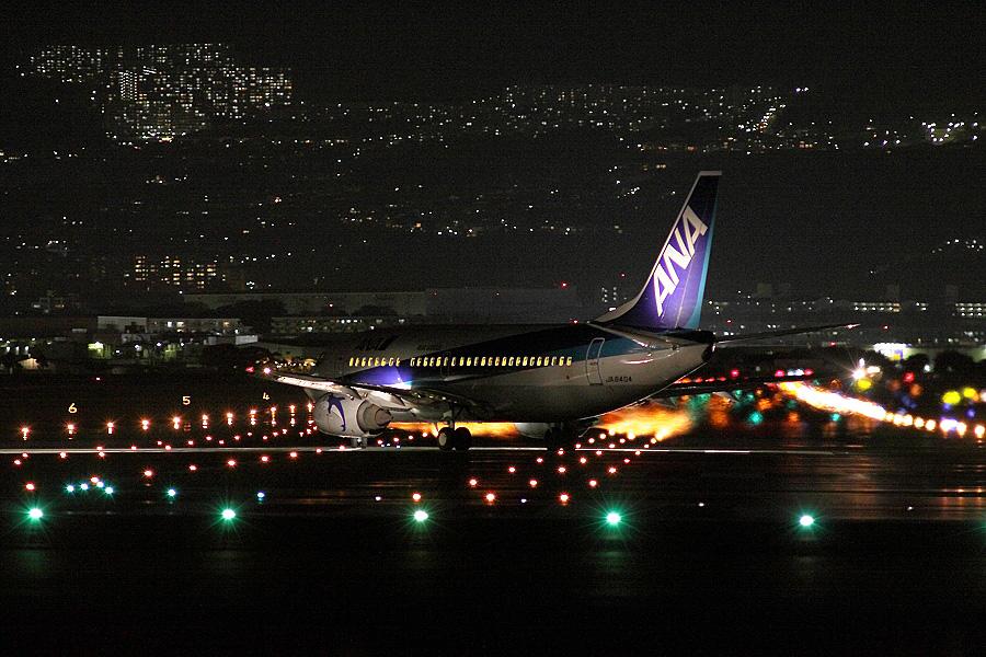 ANA B737-54K / ANA551 (JA8404)@RWY32Lエンド・千里川土手