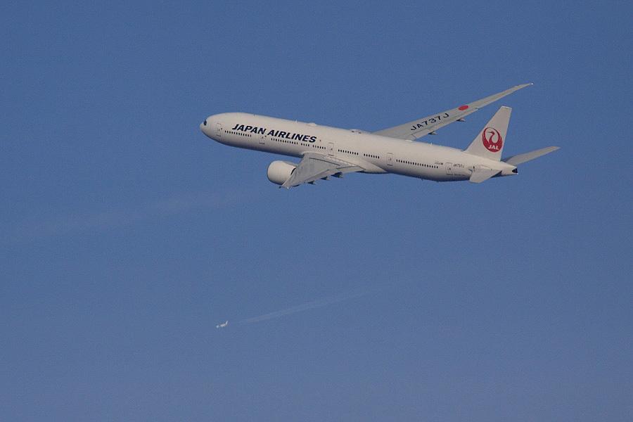 JAL B777-346ER / JAL3002 (JA737J)@RWY14Rエンド・猪名川土手