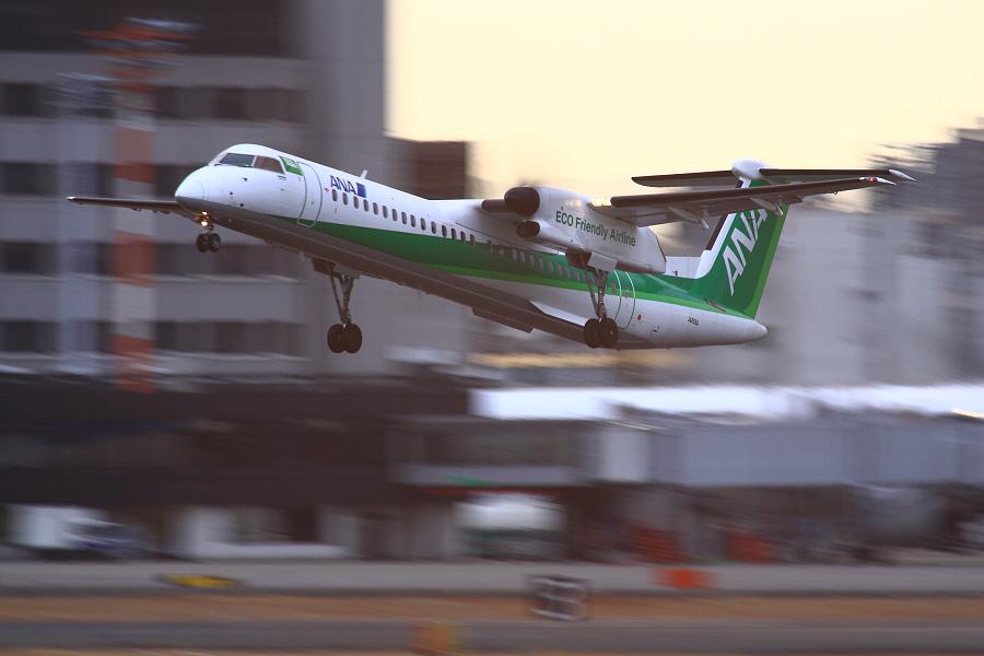 ANA WINGS DHC-8-402Q / ANA1631 (JA858A)@RWY14Rエンド・猪名川土手