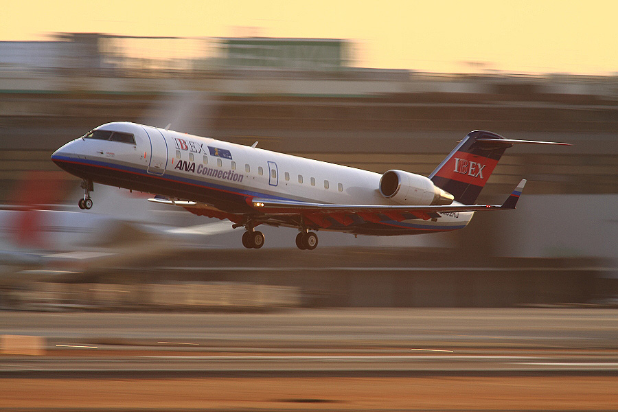 IBX CRJ-100LR / IBX71 (JA02RJ)@RWY14Rエンド・猪名川土手