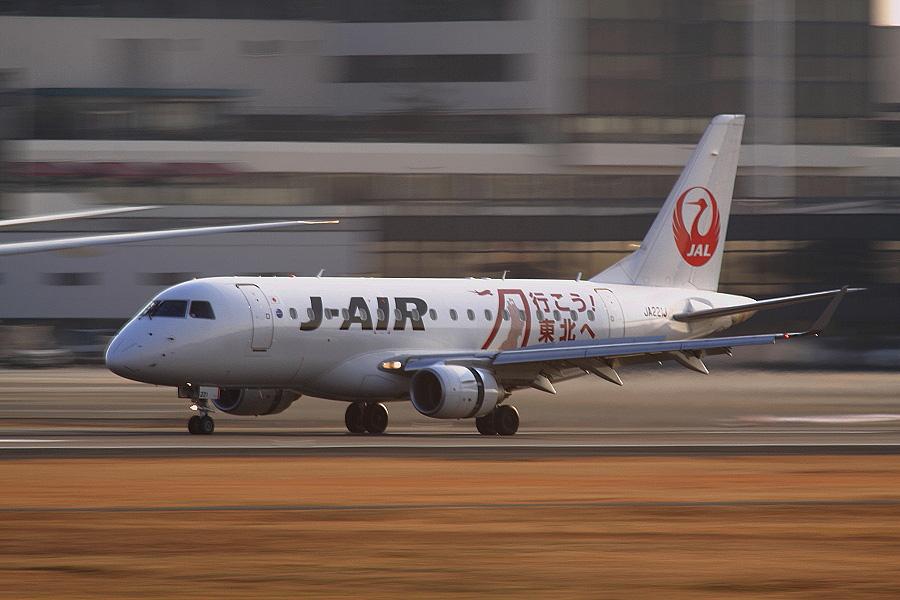 J-AIR Embraer170 / JAL2430 (JA221J)@RWY14Rエンド・猪名川土手
