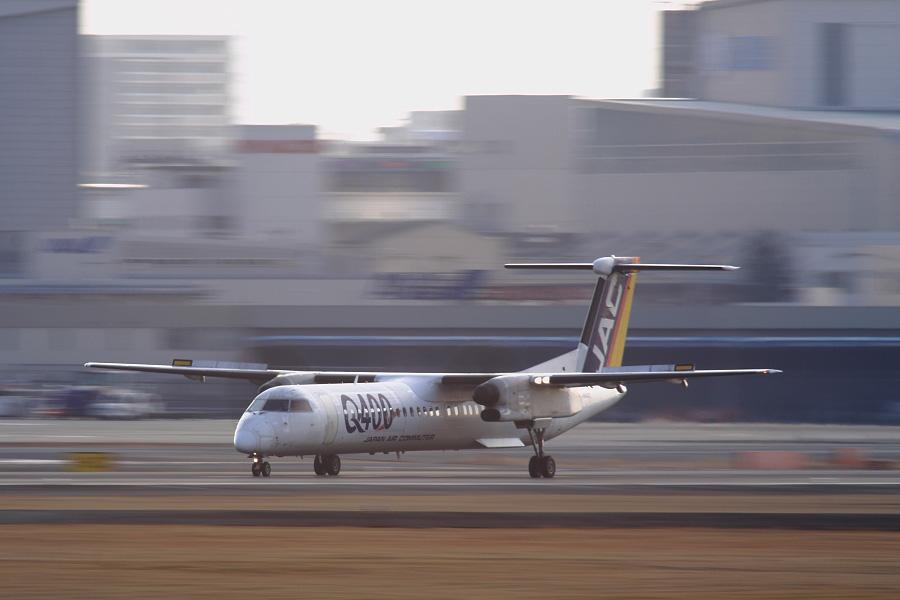 JAC DHC-8-402Q / JAC2400 (JA842C)@RWY14Rエンド・猪名川土手