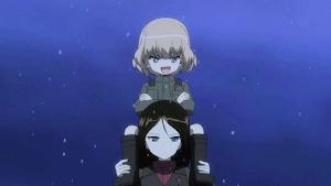 ノンナの肩車に乗るカチューシャ