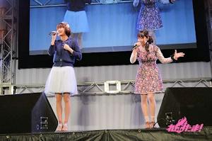 イベントで歌う早見沙織と東山奈央
