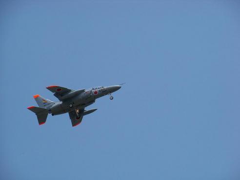 通りすがりに見かけたT-4練習機@入間川の土手の上