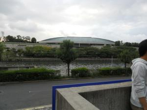 目の前の大阪城ホール