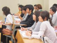 講義を聴く学生たち