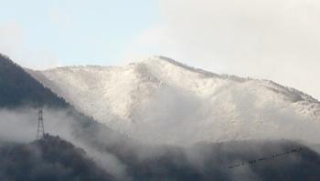 初雪 山 241115