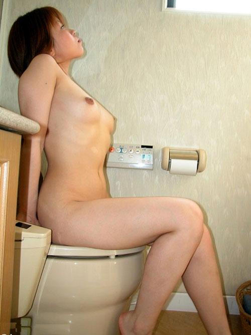 トイレで無防備におっぱい丸出し