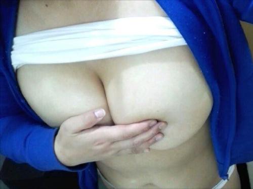 【自撮り】パフパフされたい素人女子の色白巨乳おっぱいwww