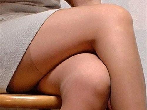椅子に座る女性のパンスト脚は妙に興奮するよなwww脚フェチ画像