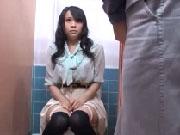 絵画教室のトイレで美人巨乳生徒が用を足している瞬間に遭遇