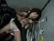 泥酔の娘を電車内のトイレでレイプする痴漢集団!