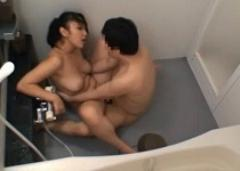 巨乳の姉に我慢の限界!風呂場に突入して中出し