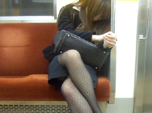 電車内で脚を組んでるお姉さんに勃起